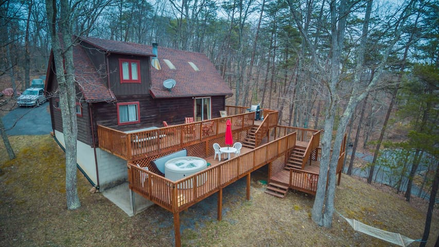 Large Log Cabin with Hot Tub, Fireplace & Views!! - Berkeley Springs - Chalet