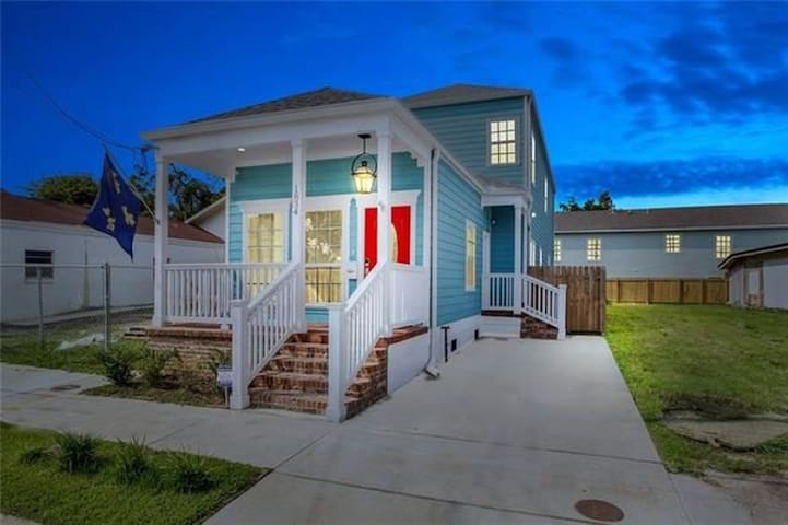 Beinville de Conti -Walk to French Qtr sleeps10-12