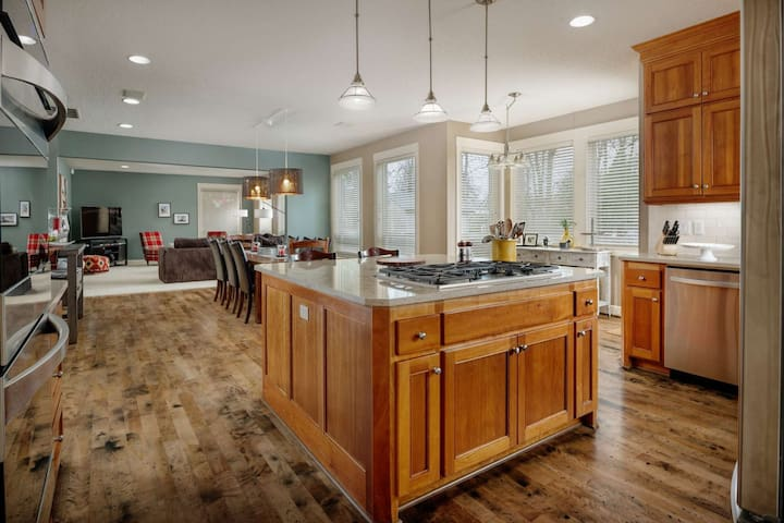Elite Luxury Near Portland - Open Floor Plan, Hot Tub, Ping Pong, Game Room, 20 Minutes to Downtown