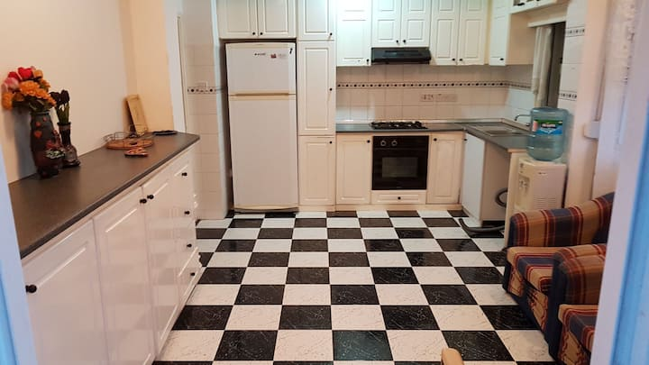 Comfy apartment, Centrally located w/ free parking