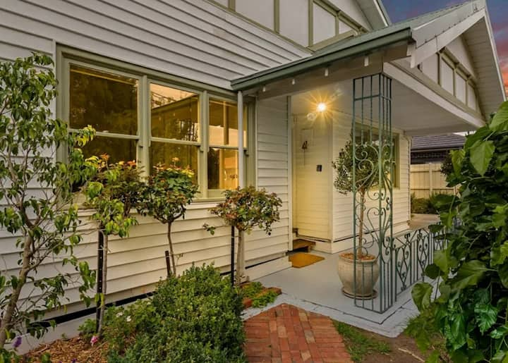 Cute clifornian bungalow available now-May 3
