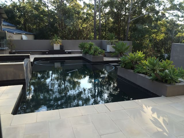 Secluded treetop poolside hide away - Mount Elliot - Stuga