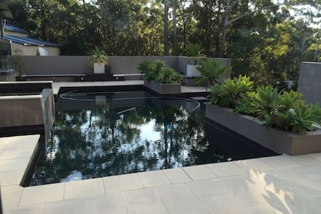 Secluded treetop poolside hide away - Mount Elliot