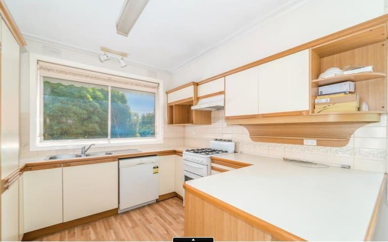 bright house close to supermarket - Burwood East - House