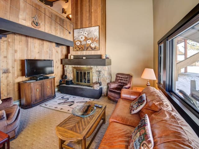 Silverbow Cozy Retreat with Loft - on Golf Course, Community Hot Tub and Winter