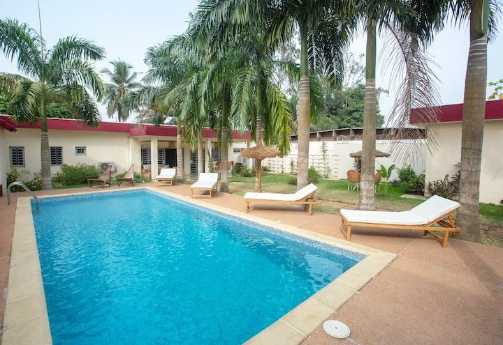 Chambre spacieuse Cauris dans villa avec piscine