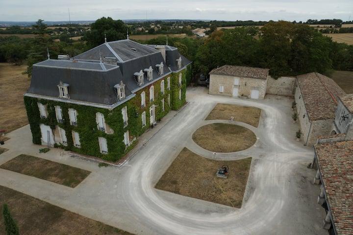 maison à coté d'un château historique