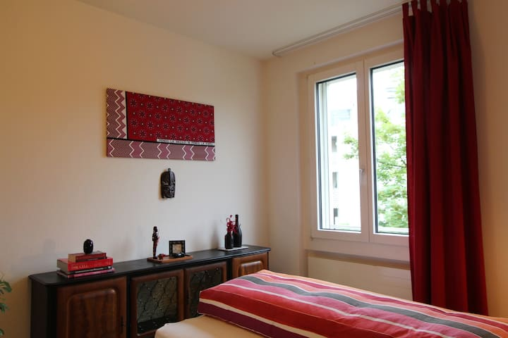 Bright room with private bathroom in Oerlikon