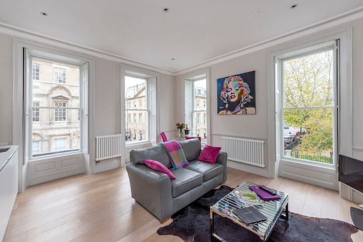 Sleek & Sunny City Centre flat on Queen's Square!
