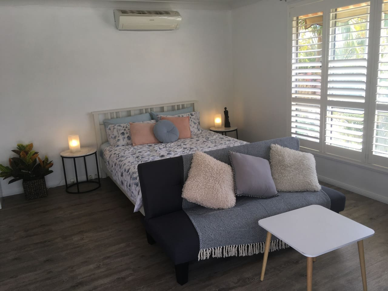 Cosy studio is perfect for 2 people. A child could sleep on the fold down futon.