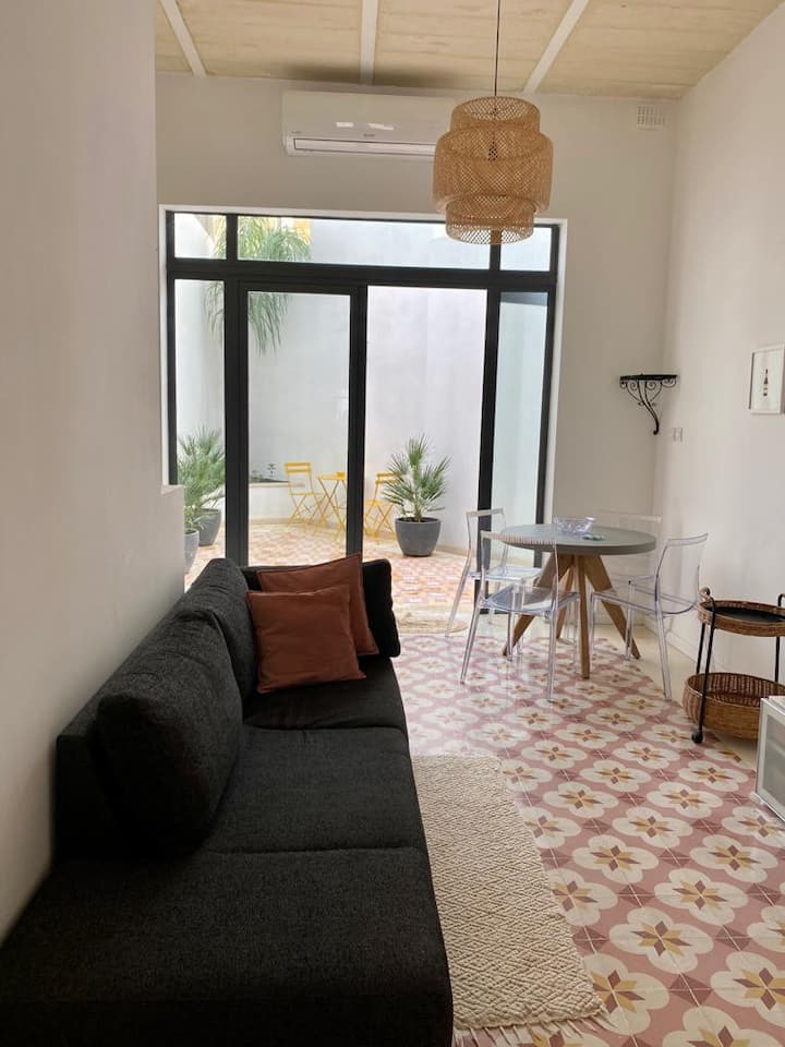 2 HOOKHAM FRERE ~ studio apt in central Malta