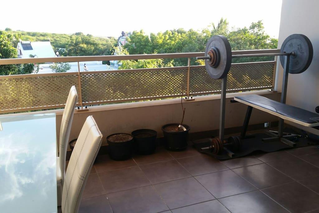 Terrasse vue mer avec grande table et chaises