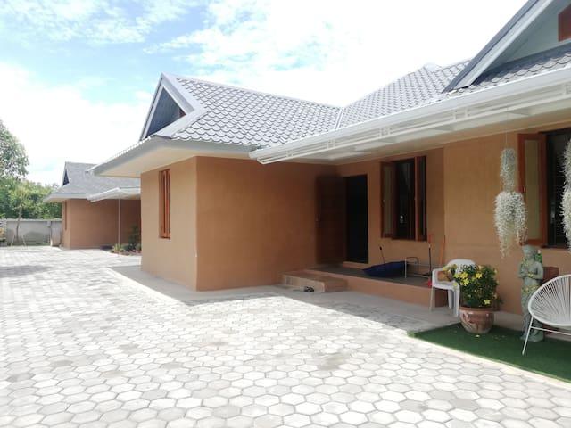 นวรัญดาบ้านดิน (navaranda clay house)อากาศสบายๆๆ