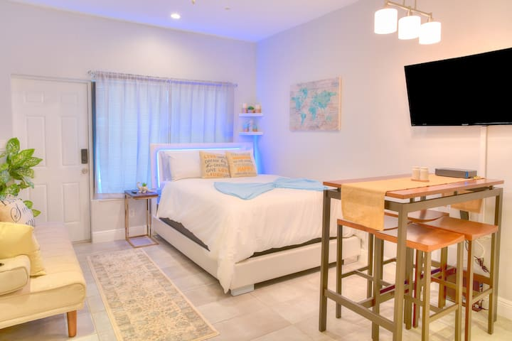 BEAUTIFUL BOUTIQUE STUDIO - Las Olas Victoria Park