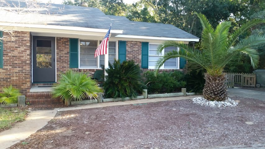 Seewee Cottage ( 1 blk from beach) - Isle of Palms - Casa