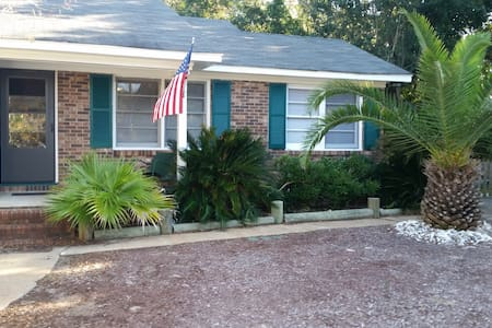 Seewee Cottage ( 1 blk from beach) - Isle of Palms