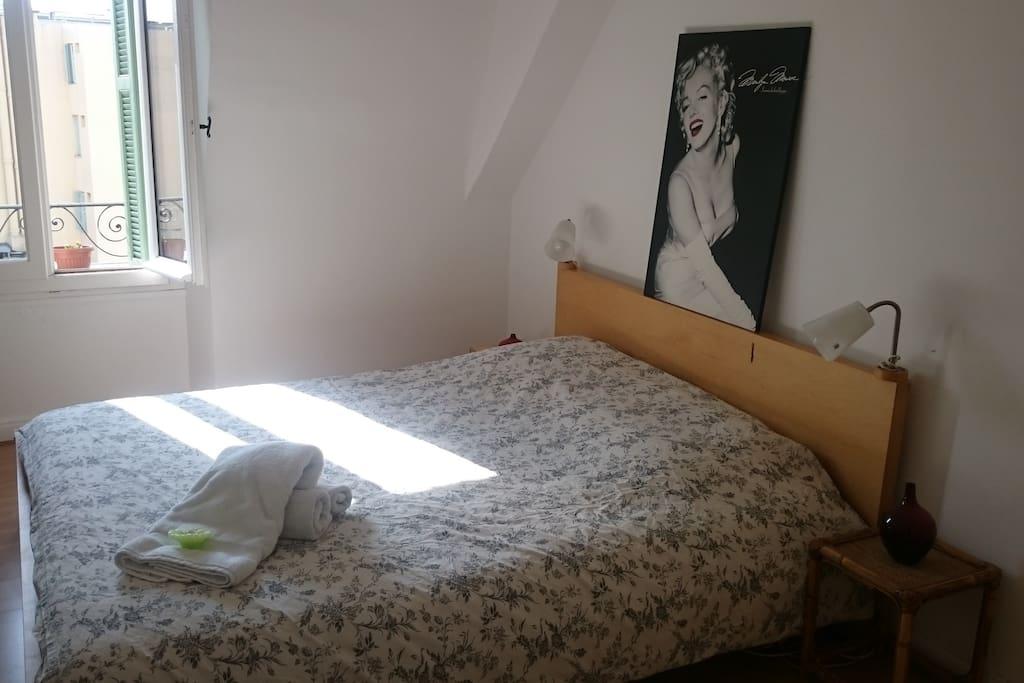 La chambre comprend un grand lit double très confortable, un bureau, un placard de rangement et une belle cheminée - linge de lit compris