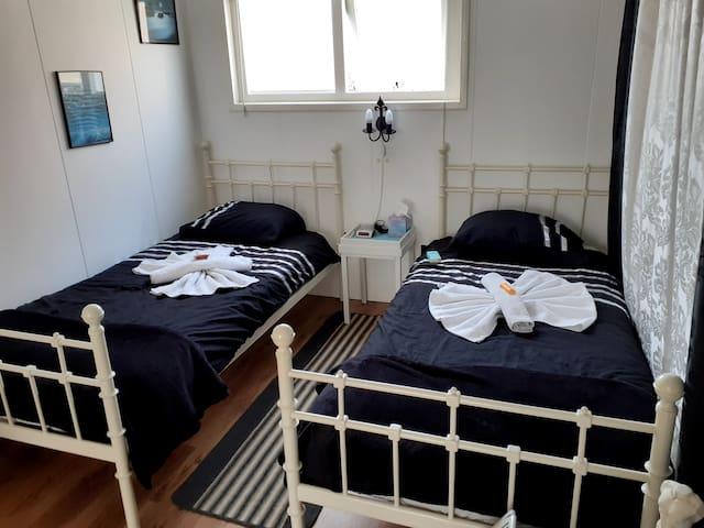 2 opgemaakte bedden