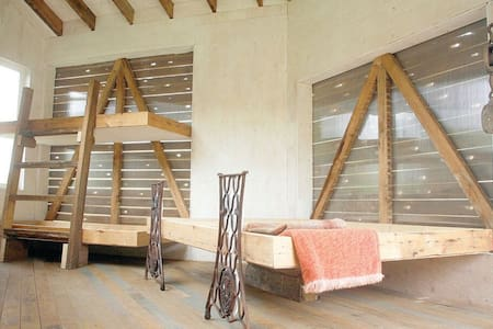Architect designed eco cabins rest on a tiny farm. - Clearwater - Cabaña