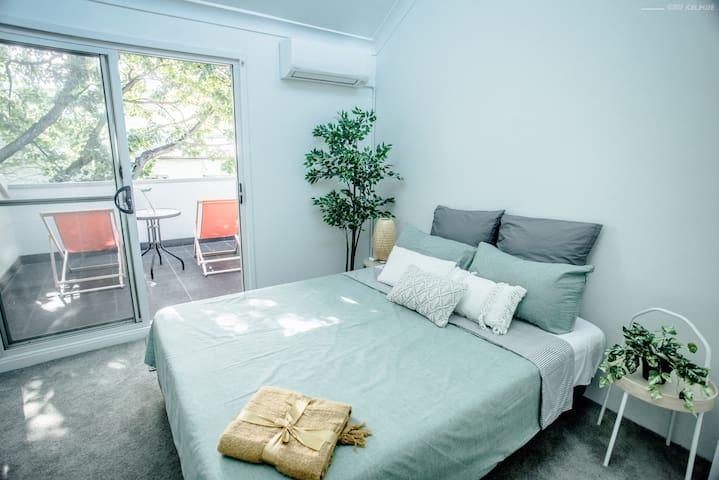 Tree house style en-suite room opposite Sydney Uni