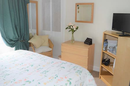 Comfortable & central double room with en suite