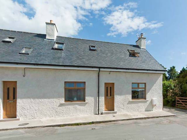GLED COTTAGE, pet friendly, with open fire in Creetown, Ref 28063
