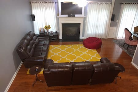 Spacious town home 12 FIVE STAR REVIEWS- OFF I-285 - Sorház