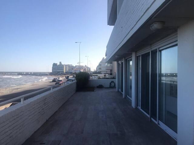 Depto planta baja con balcón terraza sobre el mar