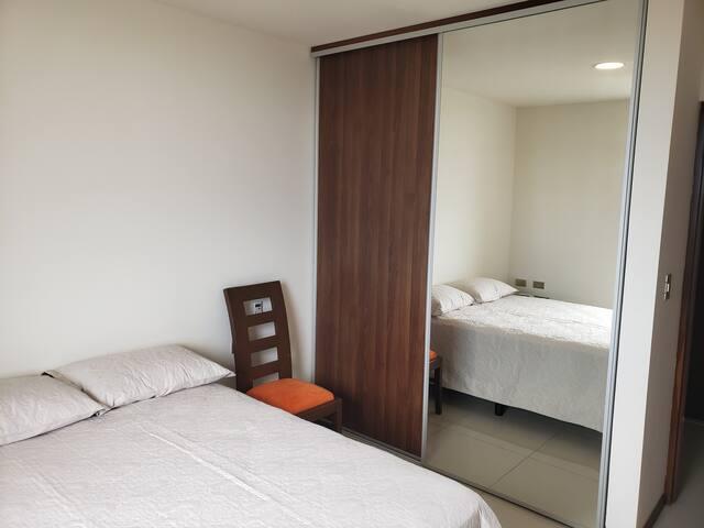 Dormitorio y ropero con espejo