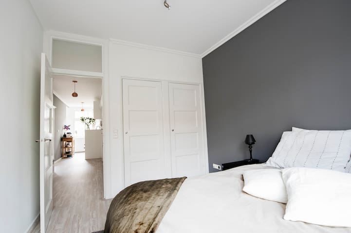 Nice room close to bars, restaurants, Vondelpark