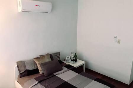 Cómoda habitación privada, con A/C, cama Full.