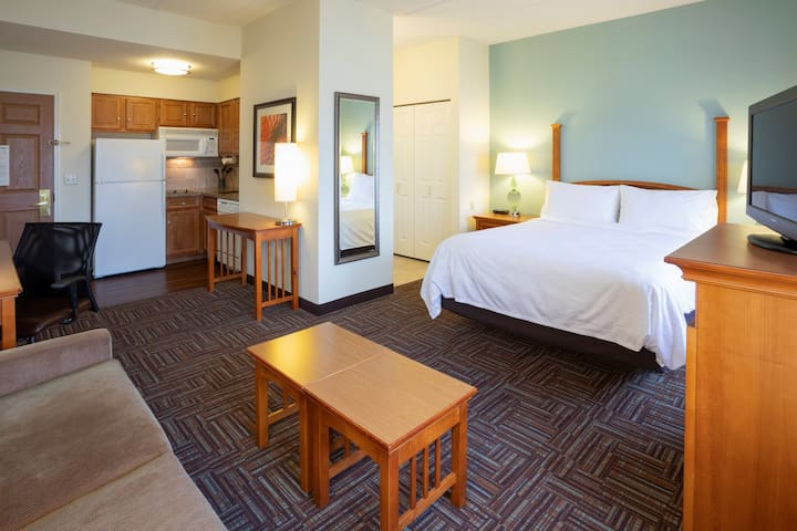 Free Breakfast. Pool & Hot Tub. Free Shuttle to Mall of America. Great for Business Travelers!