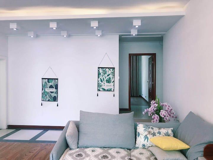 御府民宿501,位于君御华府小区内,市政府旁,超大户型,独栋房源,4个卧室独立卫生间。