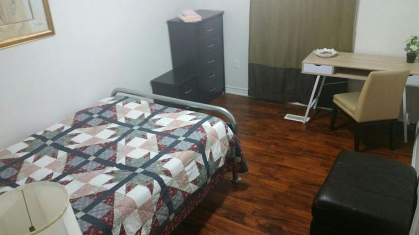 Quiet Room, 5 mins Walk to College & Hospital (R1)