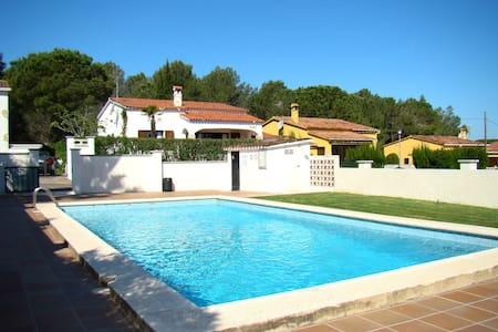 House with communal pool and private garden - L'Escala - Haus