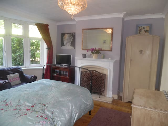 Large, bright double room in happy family home. - Portslade - Hus