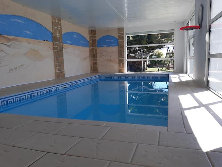 Maison avec piscine intérieure, proximité plage.