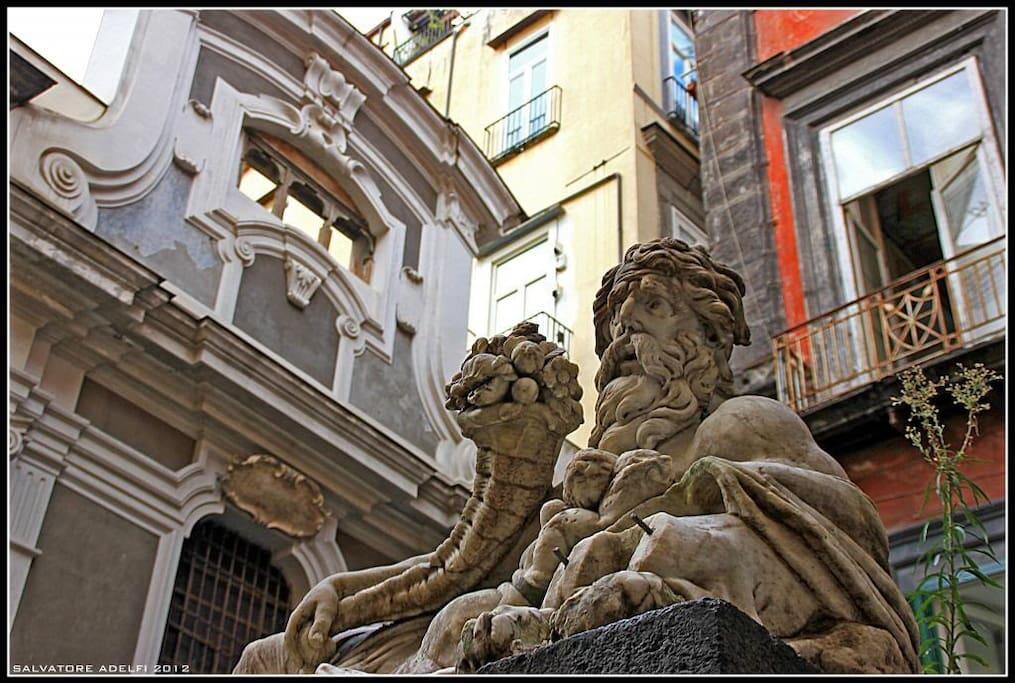 Statua del dio Nilo, Piazzetta Nilo, angolo del palazzo