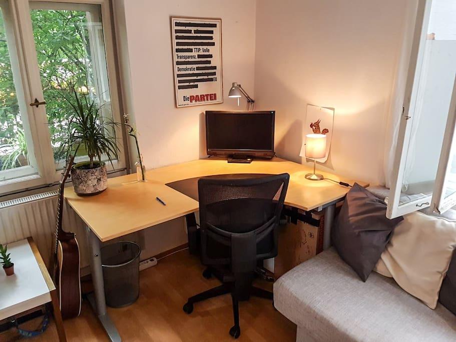 Schreibtisch und Couch