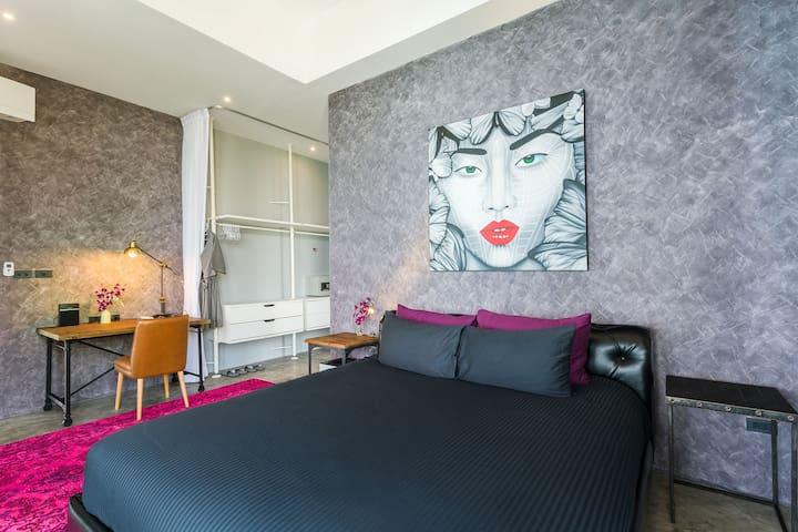 Sky Loft: Master bedroom with clothes closet