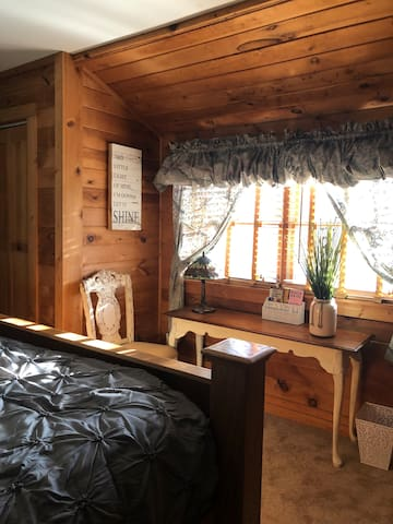 Sunrise Room King Bed in Log Cabin Fire Pit & Pool