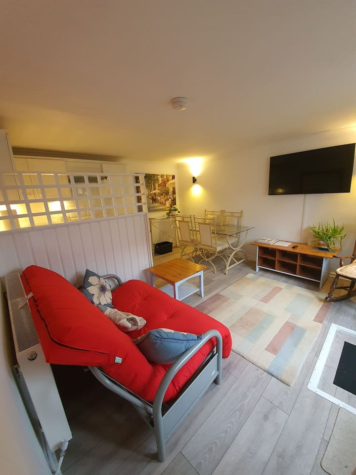 Private secluded convenient annexe with parking
