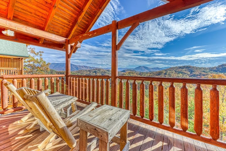 Inviting log cabin w/valley & mountain views, private hot tub, & more!