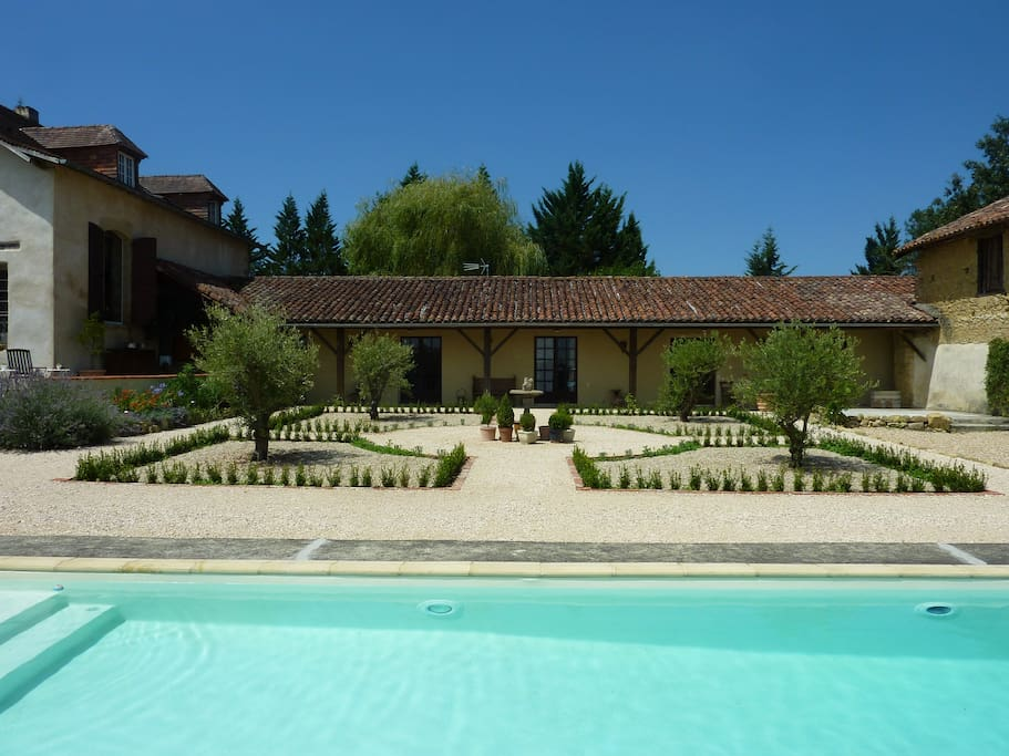 Garderes Pool and Courtyard