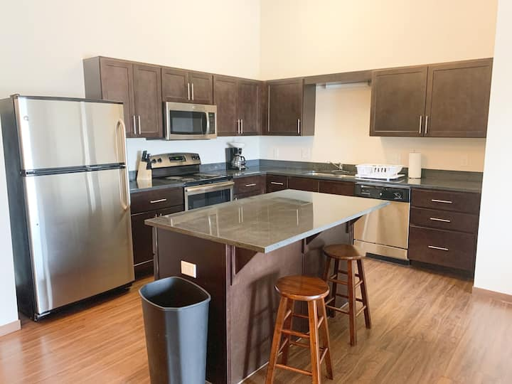 Main St serviced stay in Watford City - SLEEPS 6!