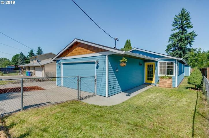 Private Master Suite (Bed and Bath) in SE Portland