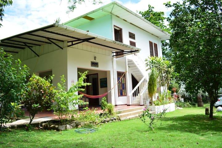 Los Lirios Country House