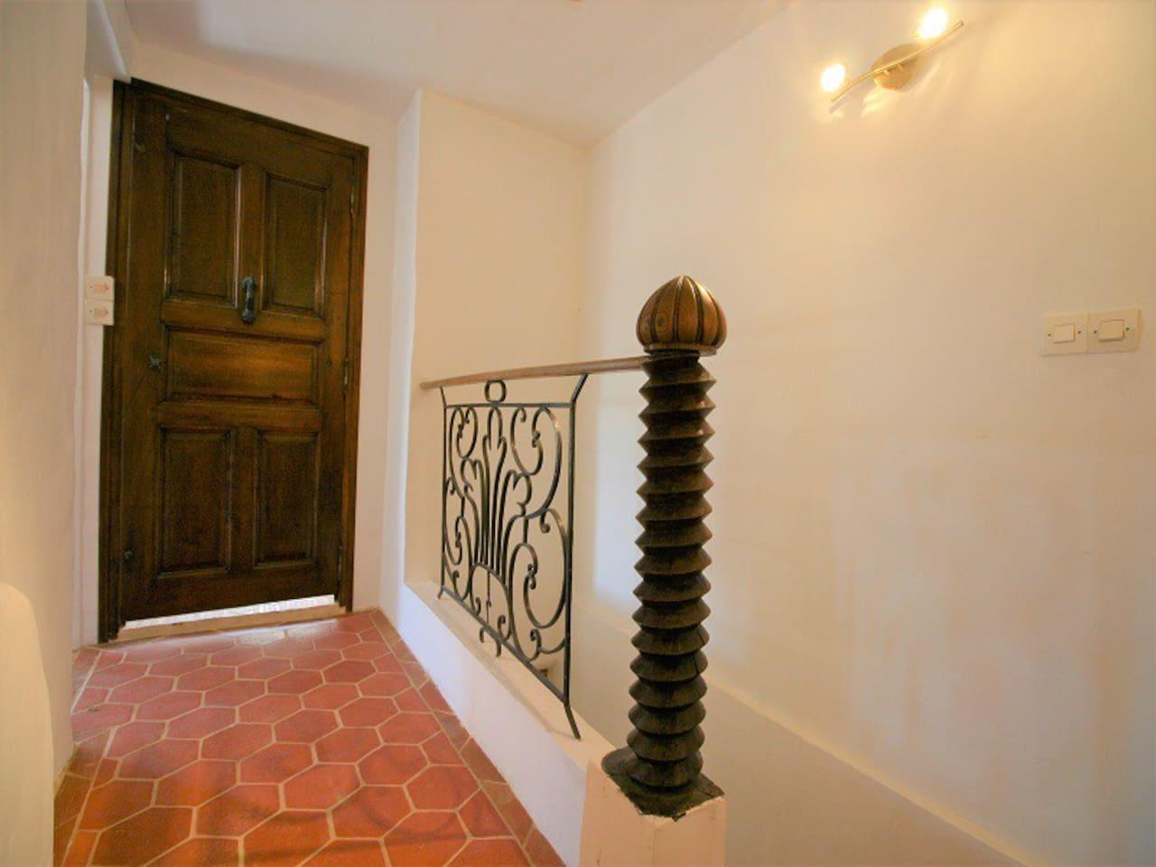 Un couloir qui mène à 2 autres chambres