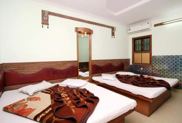 2 Queen-Size Beds in a Pvt Room