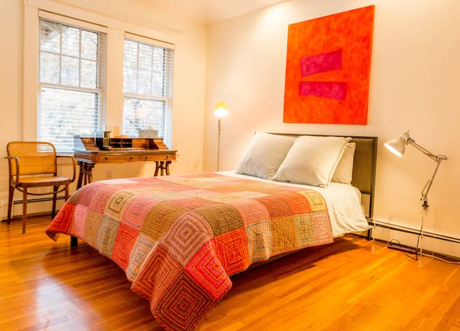 Boston/Brookline suite with parking & private bath